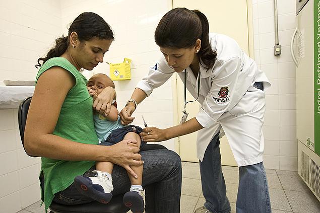 Criança é vacinada em posto deSP (Crédito: Eduardo Knapp – 22.mar.2010/Folhapress)