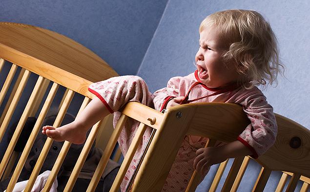 Tente ensinar o bebê a dormir sozinho no berço para melhorar o sono dele (Crédito: Shutterstock)