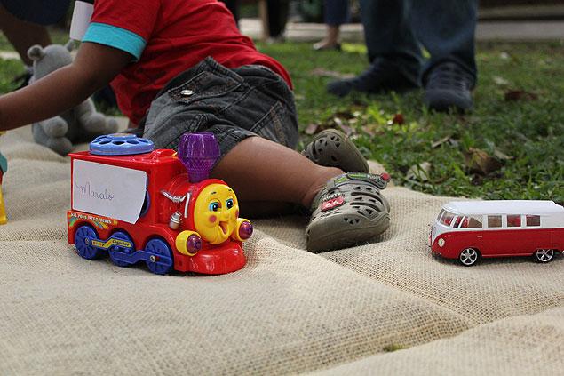 Crianças brincam durante feira de troca de brinquedos (Foto: João Lacerda/Divulgação)
