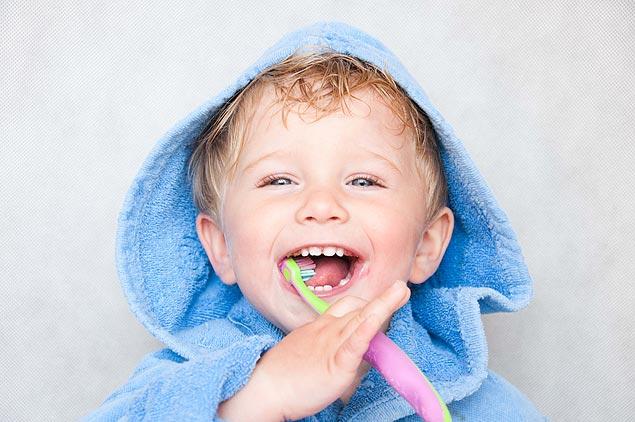Crianças não devem usar pasta com flúor até os 3 anos (Crédito: Schutterstock)