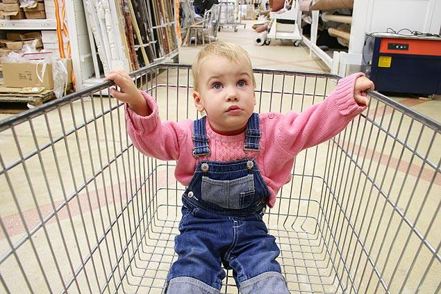 Criança tem que dividir espaço com compras (Crédito: Schutterstock)