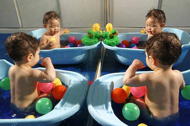 Banho no colégio Montessori Santa Terezinha (Fernando Moraes -20.jul.2005/Folhapress)