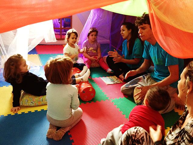 Crianças fazem atividades com monitores na Casa do Brincar; espaços de recreação abrem durante as férias escolares (Foto: Divulgação)