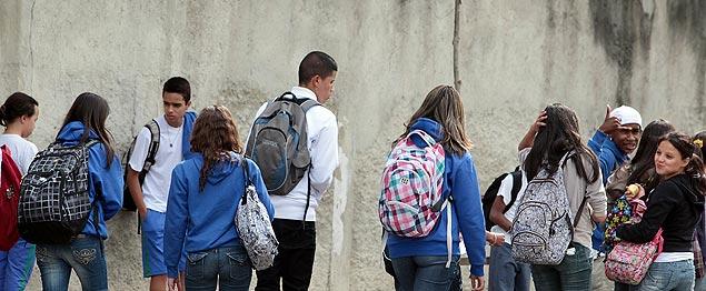 Peso da mochila não deve ultrapassar 10% do peso da criança, diz especialista (Foto: Jorge Araujo/ Folhapress)