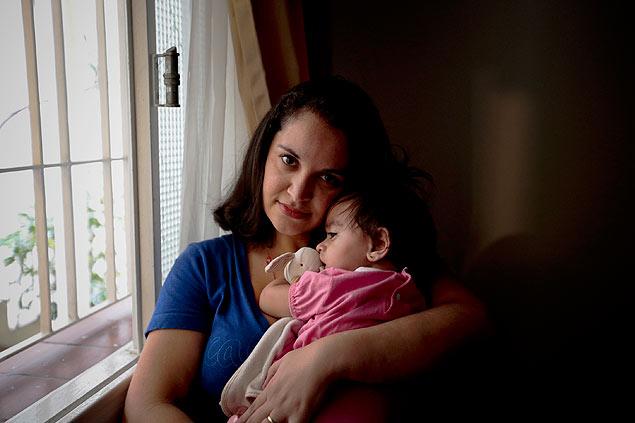 A atriz Lívia da Silva Ferreira Adate, 31, com sua filha Liane (Foto: Joel Silva/Folhapress)