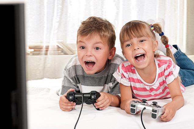 Neuropediatra diz que jogos eletrônicos causam dores musculares e interferem no sono (Foto: Shutterstock)