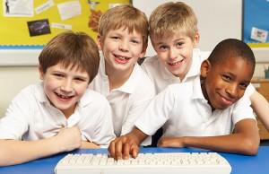 Não devemos publicar fotos com o uniforme da criança ou brasão da escola para não permitir a sua localização (Foto: Shutterstock)