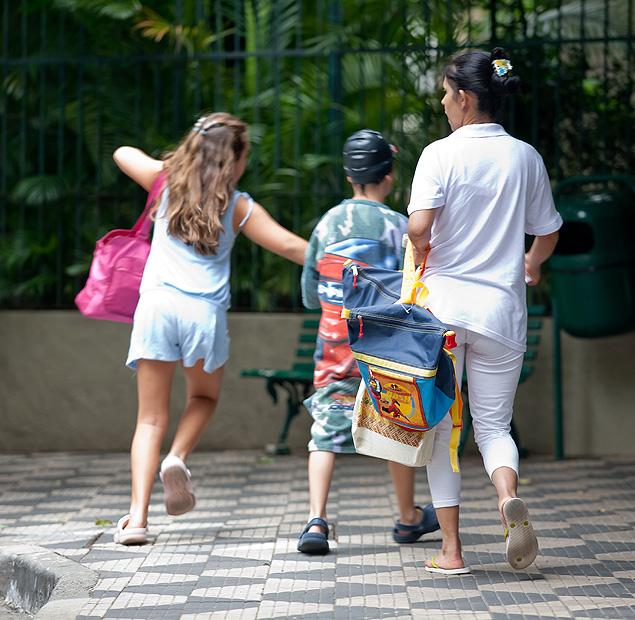 Babá leva crianças para um clube na zona oeste de SP (Foto: Carlos Cecconello - 24.fev.2011/Folhapress)