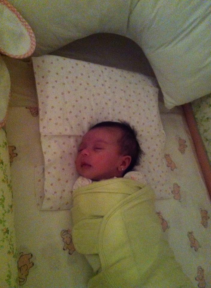 Recém-nascida dorme enrolada em cueiro (Foto: arquivo pessoal)