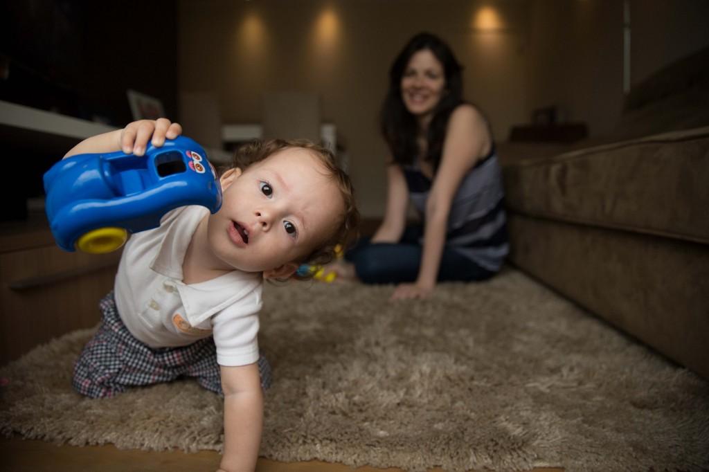 Vivian Marques, 31, com seu filho Joaquim, 1, que ficou oito dias na UTI após a cesárea (Foto: Danilo Verpa/Folhapress)