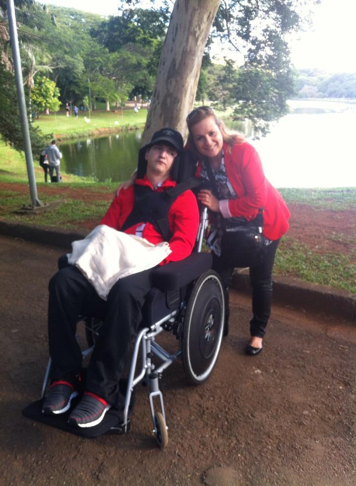 Tomás com a mãe durante um passeio no parque, em São Paulo (Foto: arquivo pessoal)