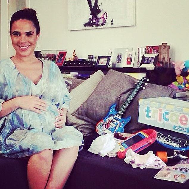 Dias antes de dar à luz, Wanezza postou foto com o barrigão e o enxoval (Foto: Reprodução/Instagram/Wanessaoficial)