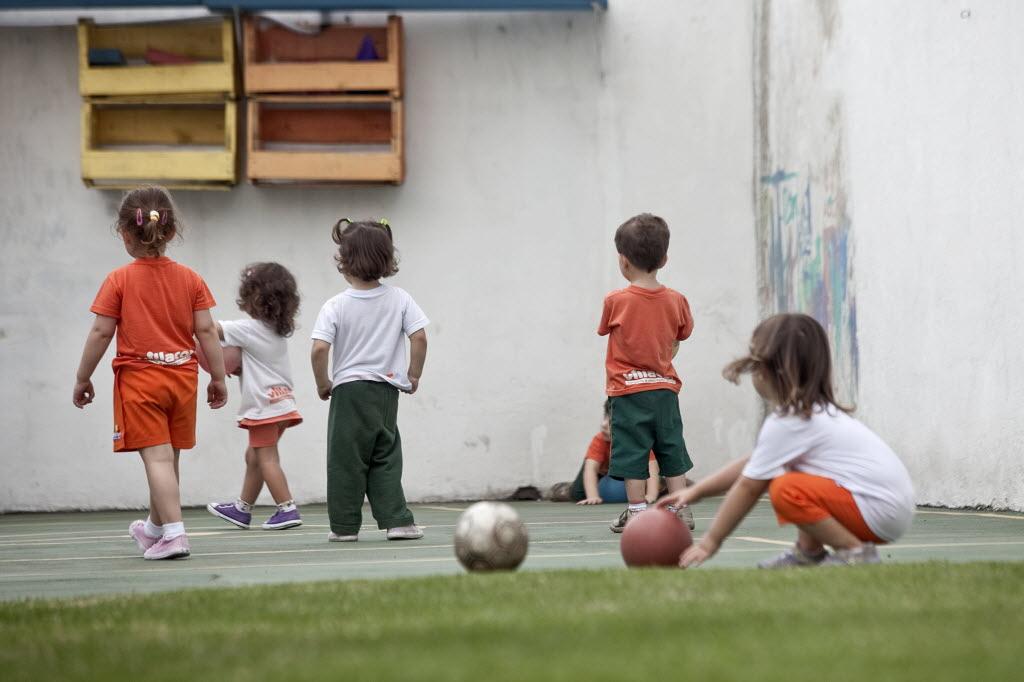 Crianças fazem atividade com bola ao ar livre em creche de SP (Foto: Rodrigo Capote - 04.nov.2010/Folhapress)