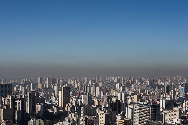 Baixa umidade do ar dificulta dispersão de poluentes e favorece aparecimento de doenças respiratórias (Foto: Danilo Verpa/Folhapress)