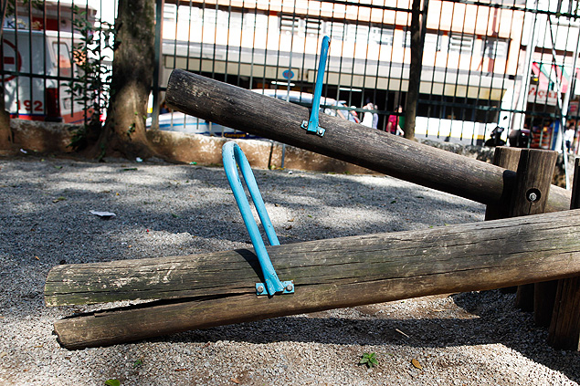 Gangorra danificada em parque (Foto: Alessandro Shinoda -26.jul.2012/Folhapress)