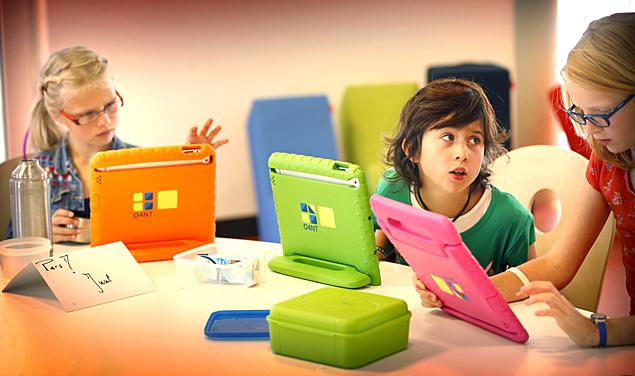 Pesquisa identificou aumento do uso de celular e tablets entre crianças e jovens (Foto: AFP)