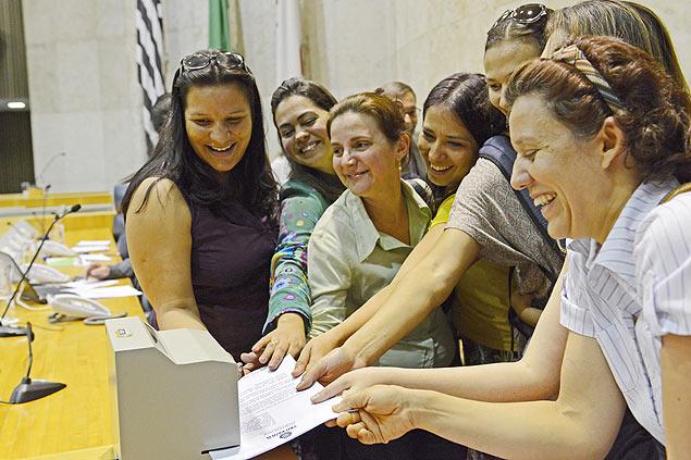 Vereadora Juliana e ativistas do parto normal protocolam projeto de lei (Foto: Divulgação)