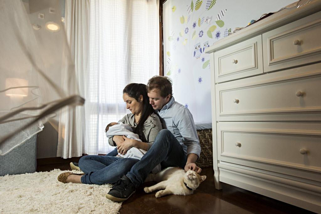 Casal teve ajuda de amiga para realizar o sonho de ter um filho (Foto: Eduardo Knapp/Folhapress)