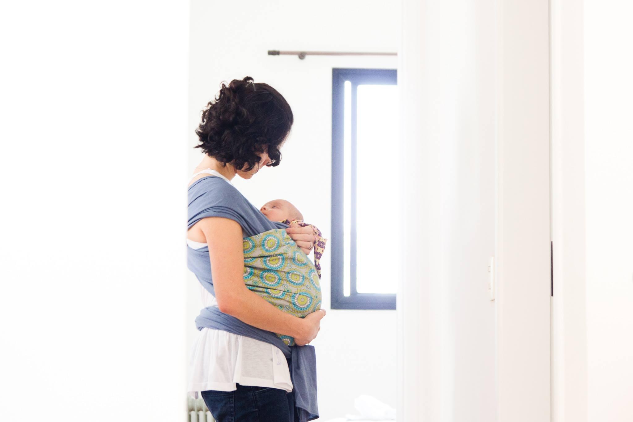 Mãe carrega filho no sling; colo e aconchego para o bebê (Foto: Carla Reiter/www.carlaraiter.com)