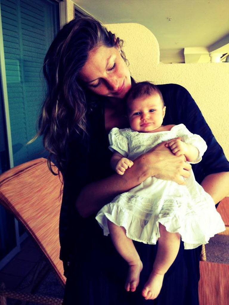 A modelo com a filha Vivian  , que nasceu em casa (Foto: Reprodução/Instagram)