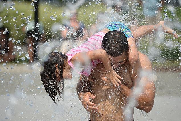 Pesquisa diz que pais gostariam de brincar e participar mais da educação dos filhos (Foto: Xinhua/Yin Bogu)