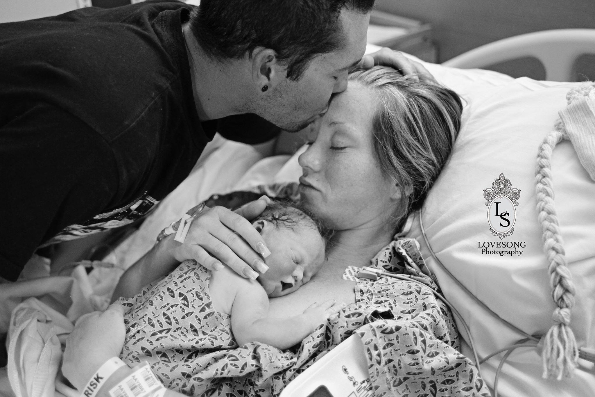 Pais ficaram com a filha no colo e registraram a despedida da criança (Foto: Love Song Photograph)