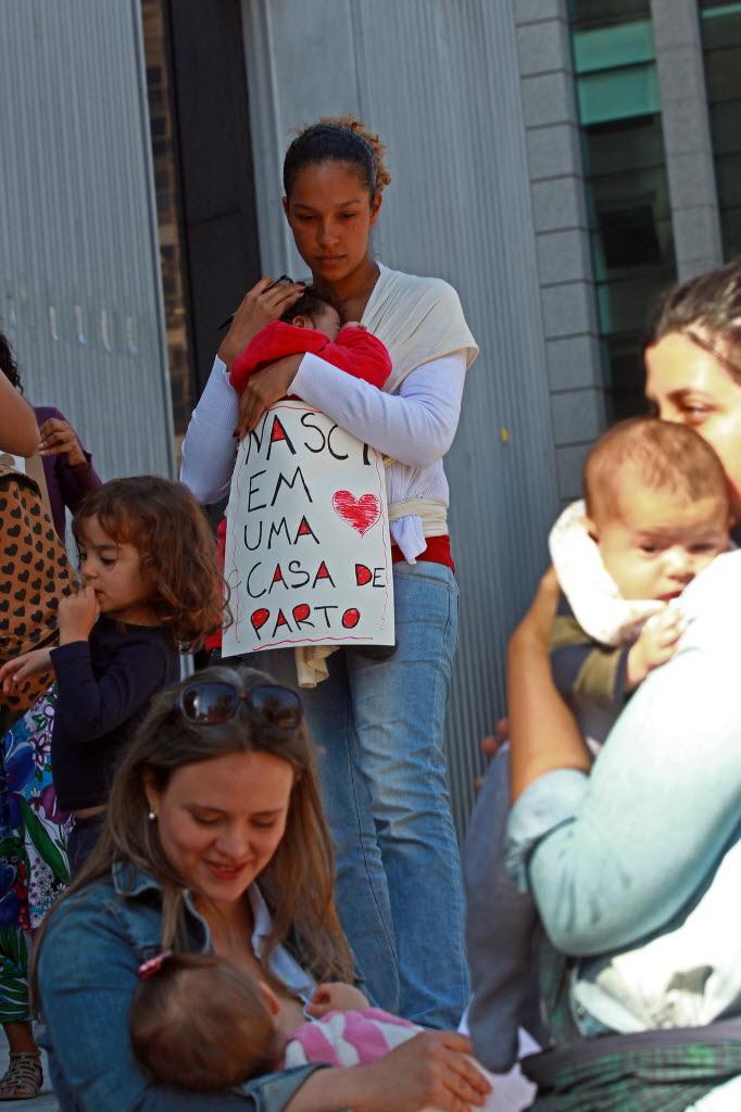 Mães com bebês também participaram da audiência pública (Foto: Juca Varella/Folhapress)