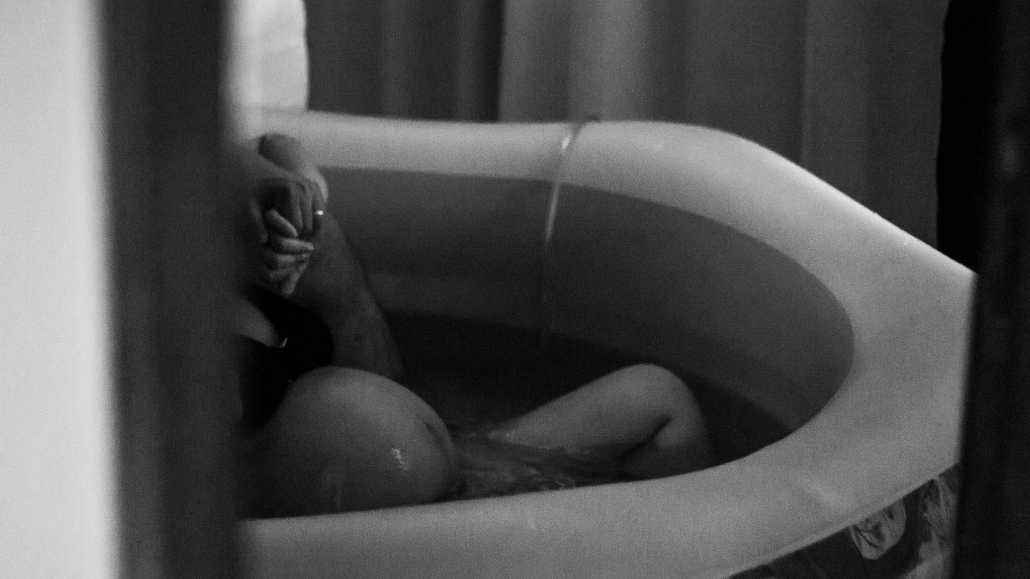 Parturiente entra na banheira montada em casa durante trabalho de parto (Foto: José Neto  - Fotografia Criativa)