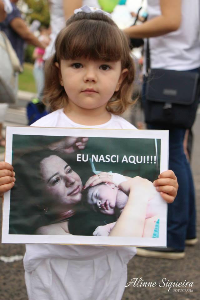 Menina mostra foto do seu nascimento (Foto: Alinne Siqueira Fotografia)