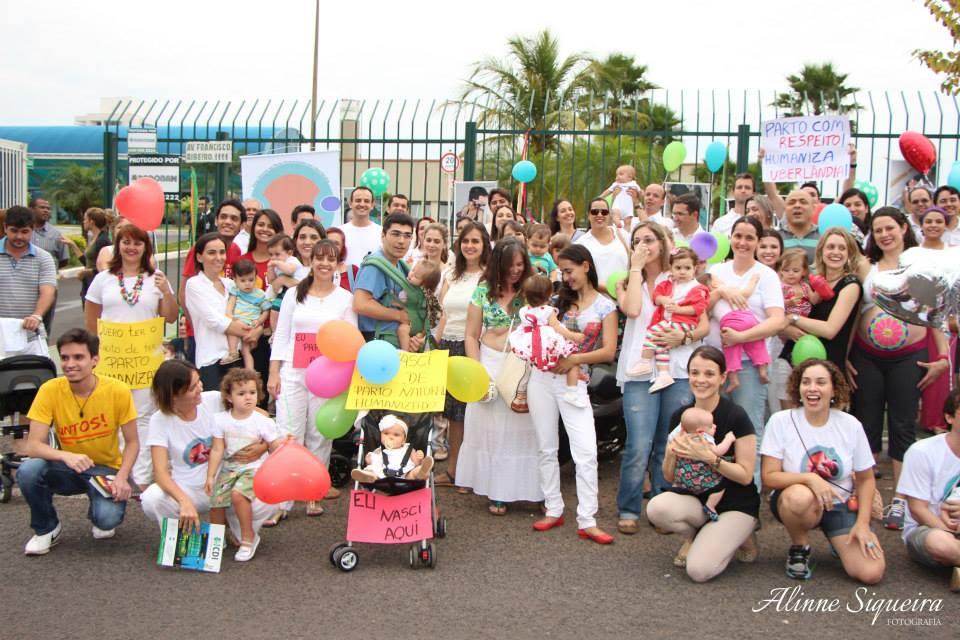 Parte dos pais, bebês, crianças e ativistas  que protestaram em frente ao hospital (Foto: Alinne Siqueira Fotografia)