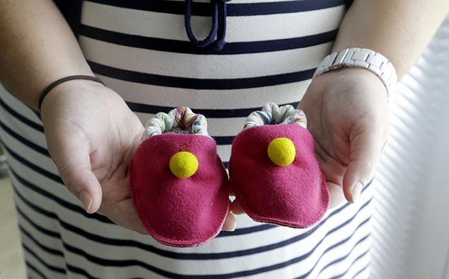 Ortopedista diz que sapatinhos devem proteger os pequenos pés (Foto: Gerry Broome/AP)