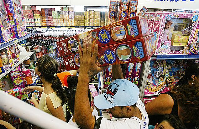 Consumidores compram brinquedos em Loja (Foto: Rivaldo Gomes/Folhapress)