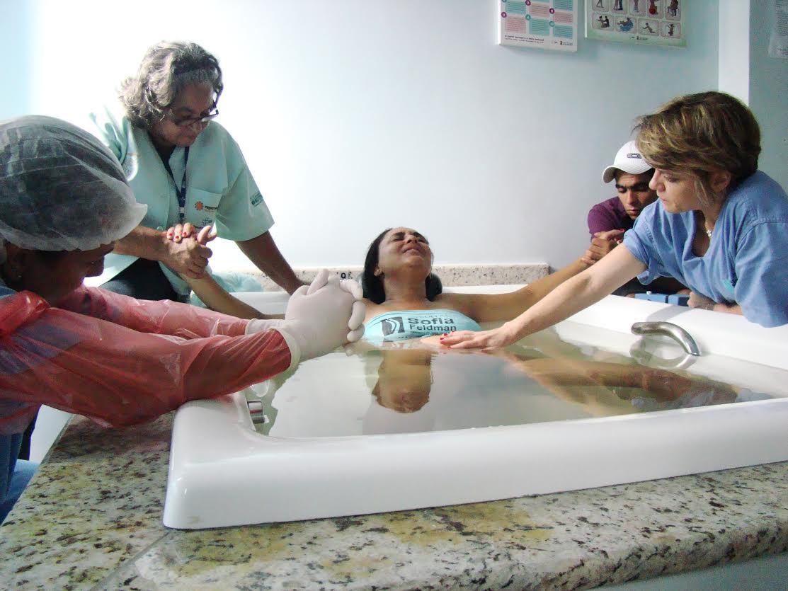 Mulher usa banheira durante parto em hospital público (Foto: Divulgação)