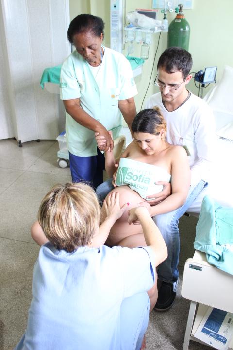 Mulher durante parto normal realizado no hospital Sofia Feldman (Foto: Divulgação)
