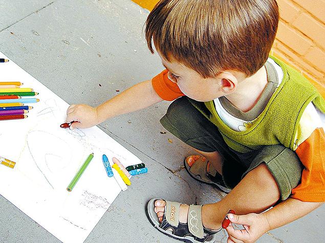 Busque fazer atividades com o filho longe da TV e valorize o ser em vez do ter  (Foto: SXC)