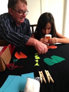 Avô brinca e ajuda a neta a montar brinquedo (Foto: Divulgação)