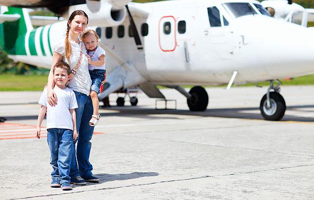 Nova regra livra pais de levarem autorização reconhecida em cartório para viagens sem um dos cônjuges (Foto: Fotolia)