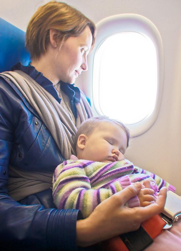 Bebê pode ir no colo dos pais, mas nunca pode compartilhar o mesmo cinto (Foto: Fotolia)