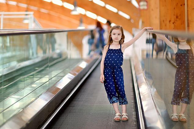 Crianças não devem andar sozinhas em escada rolante (Foto: Fotolia)