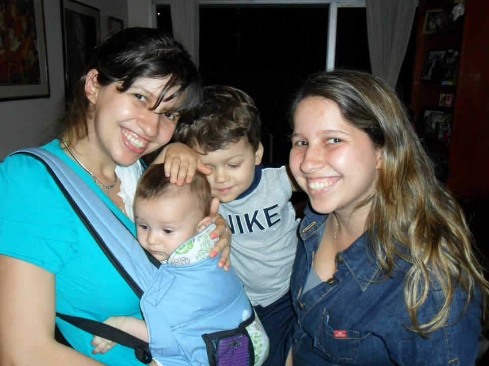 Larissa com o filho Tomas no sling ao lado da irmã gêmea e o sobrinho (Foto: Arquivo pessoal)