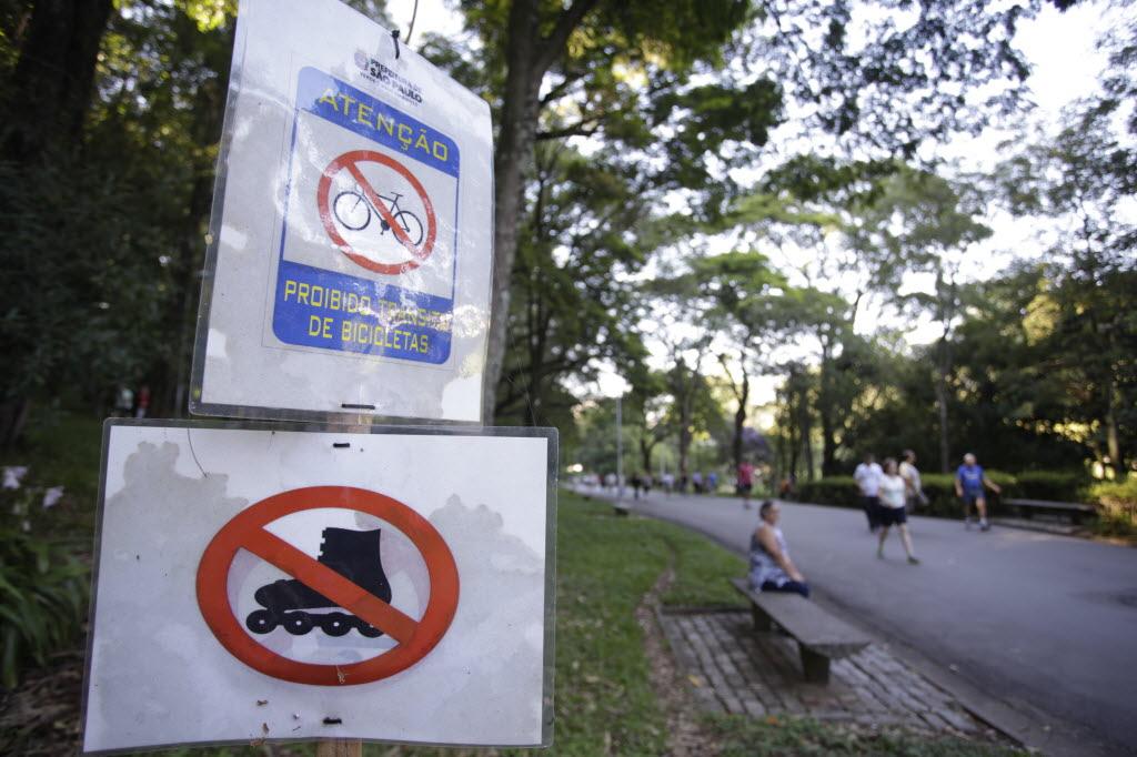 Cartazes informam sobre a proibição de bicicletas, patins e skates no parque (Foto: Davi Ribeiro/Folhapress)