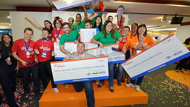 Equipes vencedoras do Grand Prix de Iniovação festejam resultado (Foto: Divulgação)