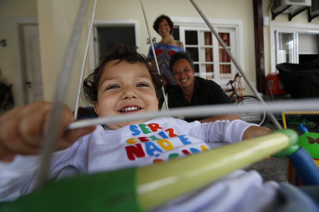 Elisa com o ex-marido e o filho Santiago (Foto: Moacyr Lopes Junior/Folhapress)