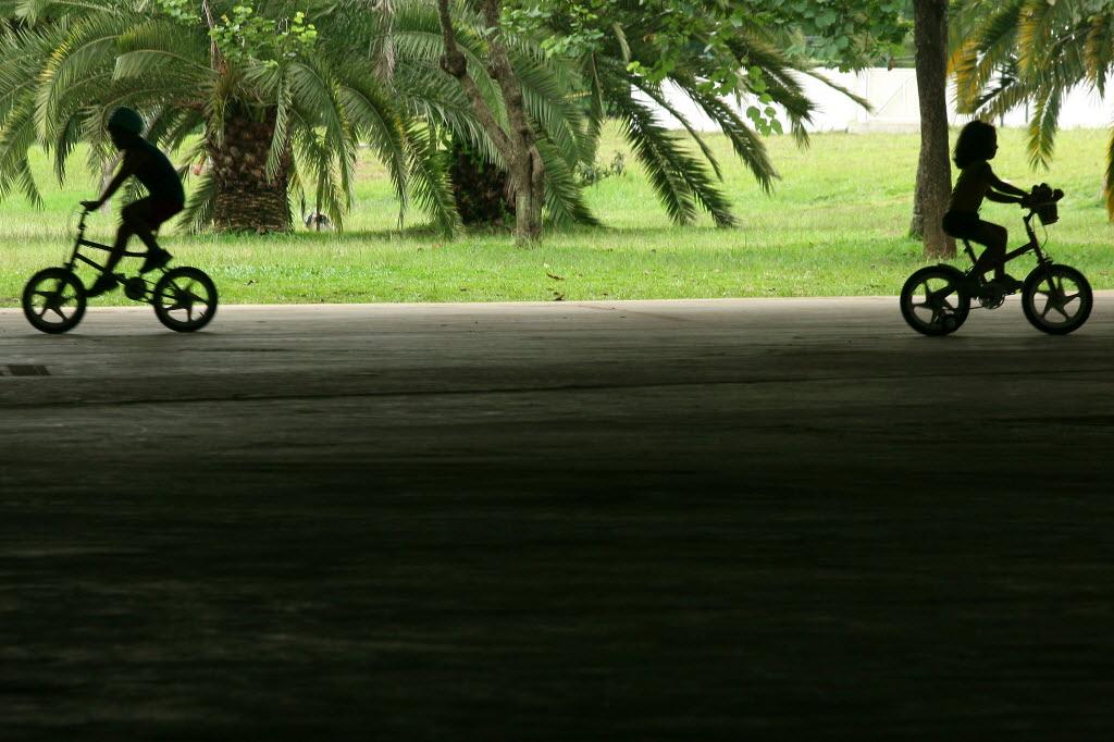 Em alguns parques da cidade, crianças não podem usar bike (Foto: Julia Moraes/Folhapress)