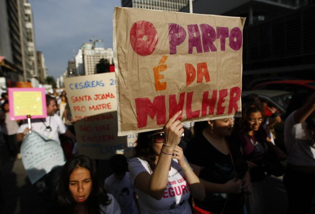 Mulheres durante protesto na Paulista par pedir humanização dos partos (Foto: Fabio Braga -  17.jun.2012/Folhapress)