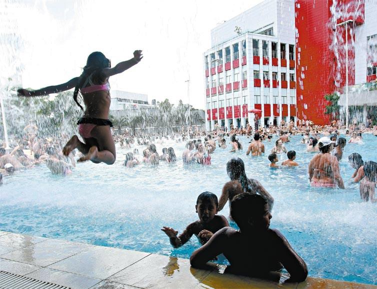 Crianças se divertem na piscina do Sesc Belenzinho, em SP (Foto: Robson Ventura/Folhapress)