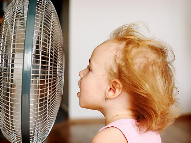 Ventilador não deve ficar voltado diretamente para criança, diz pediatra (Foto: Fotolia)
