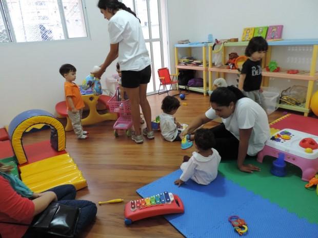 Bebês e crianças brincam enquanto os pais trabalham (Foto: Divulgação)