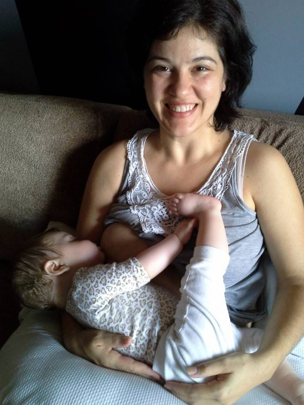 Fernanda amamenta a filha Helena (Foto: Arquivo pessoal)