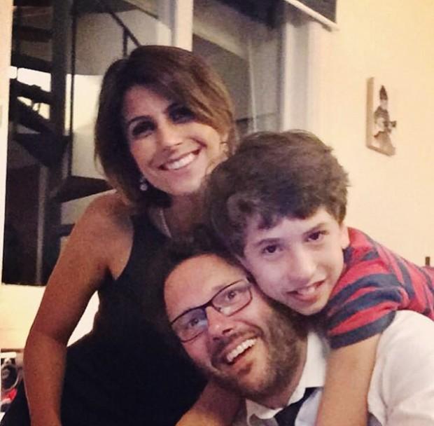 Manuela posta foto ao lado do marido e enteado e anuncia gravidez (Crédito: Reprodução/Facebook)